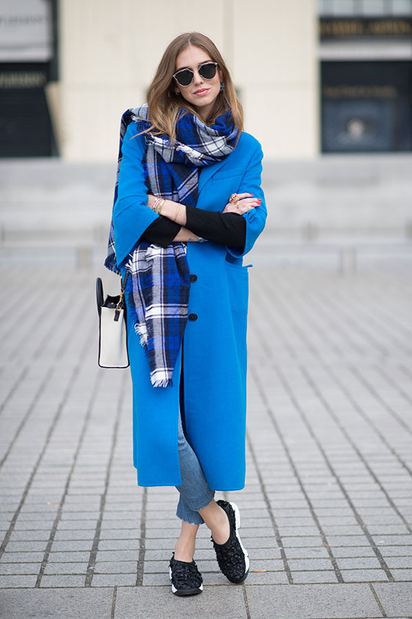 Chiara-Ferragni-Cobalt-Blue-Coat-Plaid-Scarf-Black-Sneakers-Fashion-Trend-Glamazonsblog
