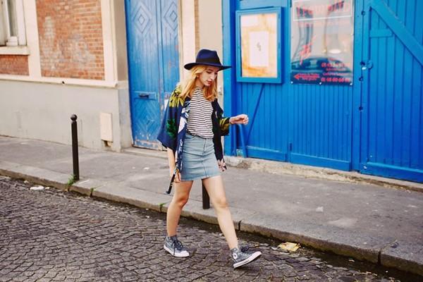 Gray-Converse-Sneakers-Denim-Skirt-Floral-Print-Kimono-Fashion-Trend-Glamazonsblog