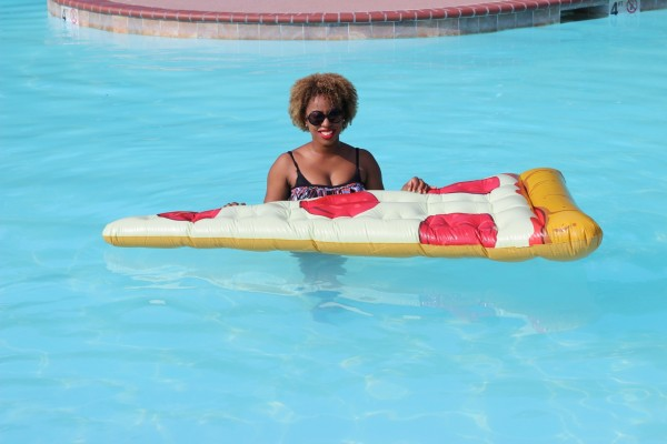 pizza-float-pool-street-style-blogger-jessica-c-andrews-glamazons-blog