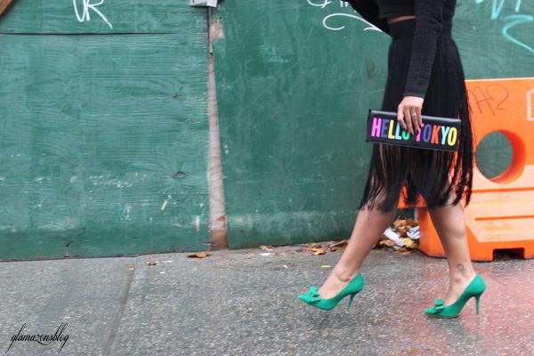 street-style-hm-crop-top-fringe-skirt-kate-spade-hello-tokyo-clutch-just-fab-fairfield-pumps-glamazons-blog-4