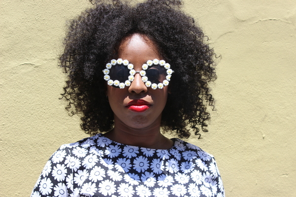 street-style-new-orleans-boohoo-victoria-mono-daisy-shift-dress-rachael-round-floral-trim-sunglasses-glamazons-blog-4