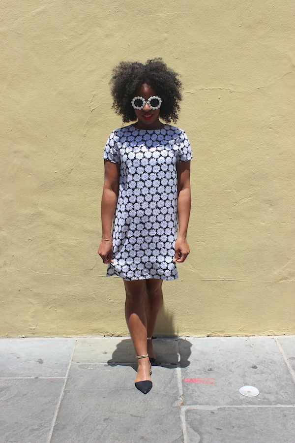 street-style-new-orleans-boohoo-victoria-mono-daisy-shift-dress-rachael-round-floral-trim-sunglasses-glamazons-blog-6