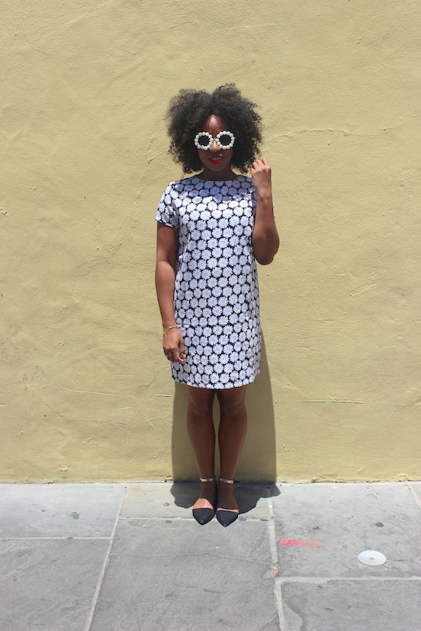 street-style-new-orleans-boohoo-victoria-mono-daisy-shift-dress-rachael-round-floral-trim-sunglasses-glamazons-blog-8